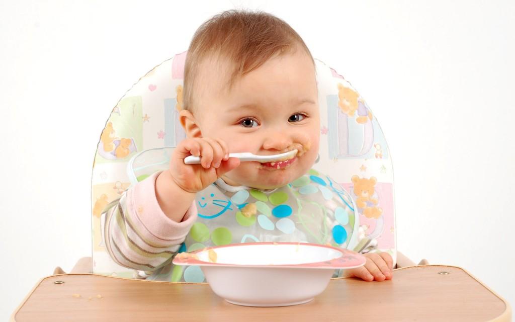 un-bebe-comiendo-su-pure-549